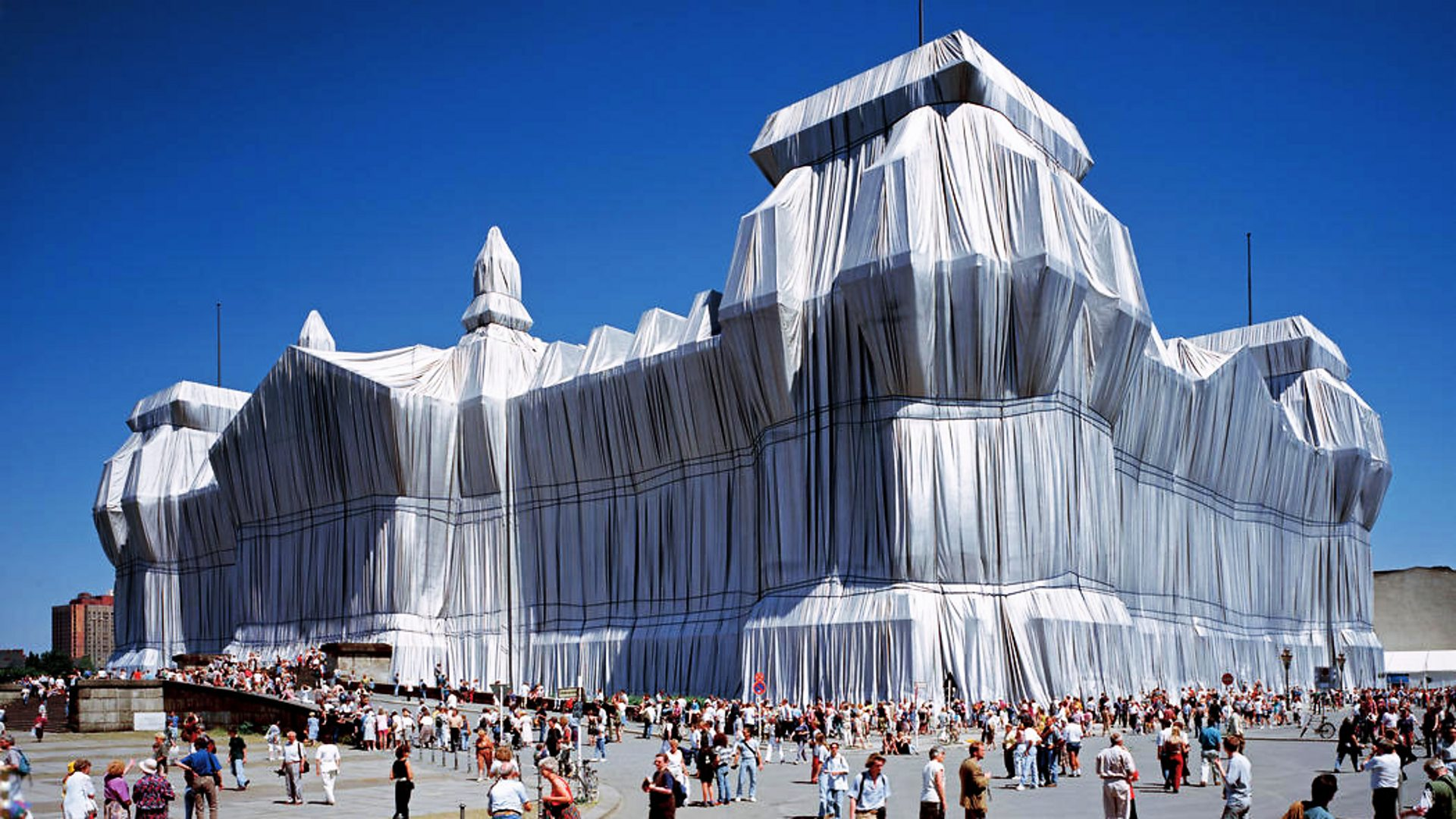 پارچه پیچی ساختمان عظیم رایشتاگ در آلمان