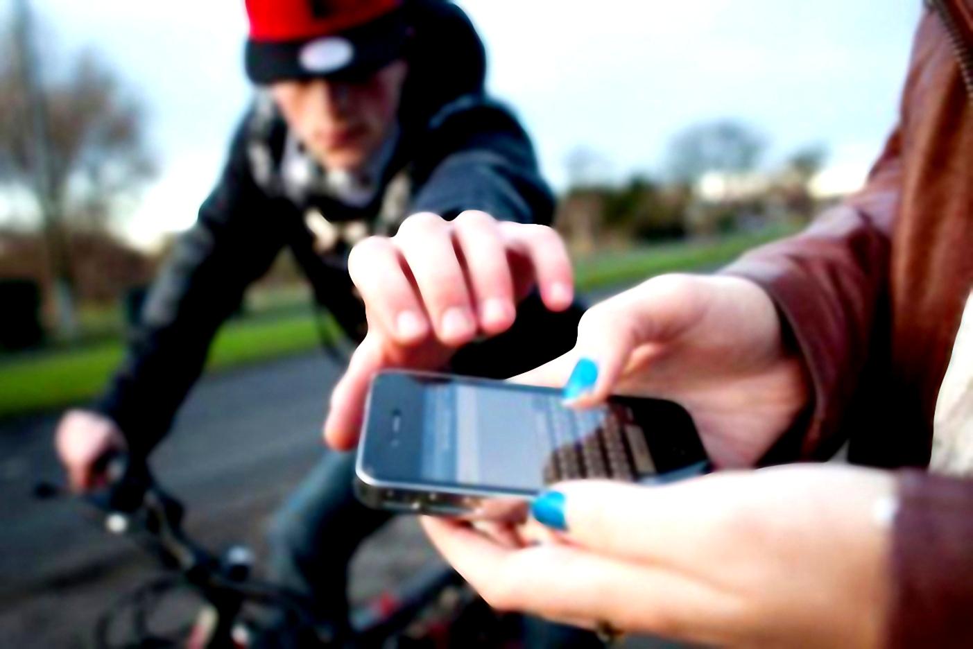 سارقان گوشی تلفن همراه با موتور سیکلت در تهران نو