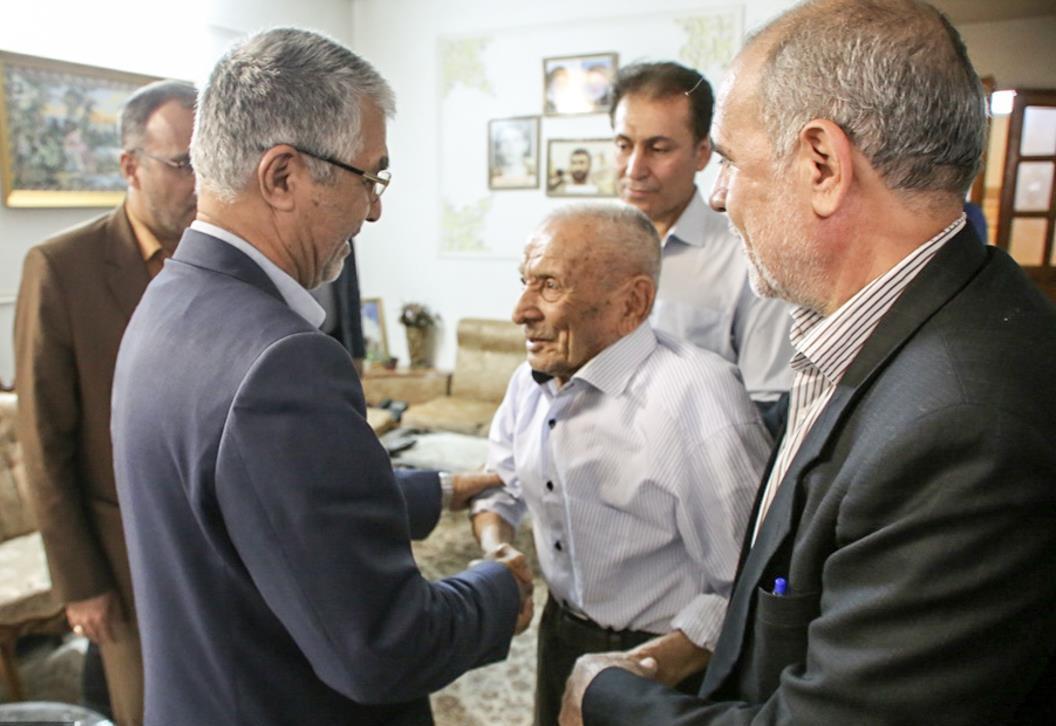 استاندار فارس در دیدار پدر سه شهید دوران دفاع مقدس تأکید کرد