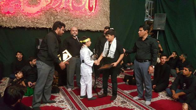نوجوان کاراتهکا لرستانی، مدال قهرمانی خود را به خانواده شهید مدافع حرم تقدیم کرد