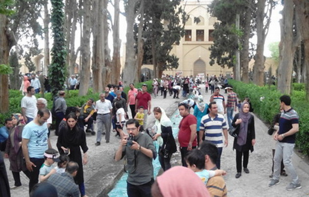 بازدید روزانه بیش از 25 هزار گردشگر نوروزی  از باغ فین کاشان