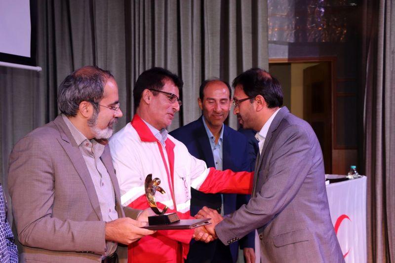 کسب سه رتبه برتر و دریافت لوح تقدیر و تندیس ویژه روابط عمومی جمعیت هلال استان اصفهان