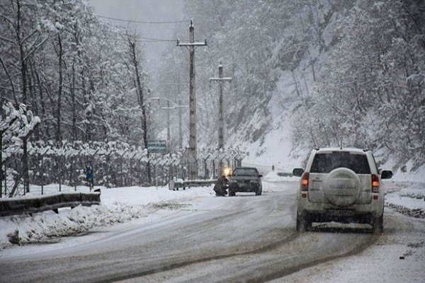 ترافیک نیمه سنگین در محور چالوس/بارش برف ادامه دارد