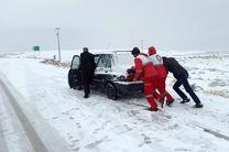 سرنشینان ۶۰ خودروی گرفتار در برف تاراز نجات یافتند/اسکان اضطراری 270 نفر در پایگاه امدادی تاراز