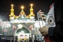 زائران بارگاه مطهر رضوی در حالی که زمزمه یا علی(ع) بر لب دارند در جشنی که در صحن جامع رضوی برگزار شد شرکت کردند
