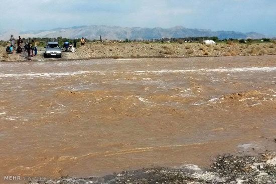 روستای ذهبارک همچنان در محاصره سیل
