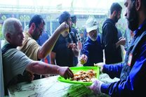 روزانه ۳۰۰ کیلوگرم سوهان قم در میان زائران اربعین حسینی توزیع می گردد