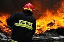 آرایشگاهی در اهواز آتش گرفت/خودرویی که پایه برق را نشانه گرفت