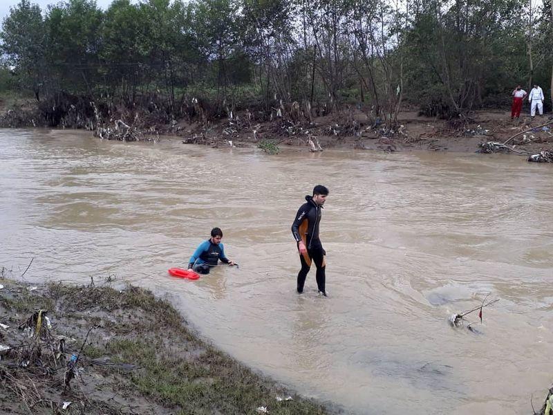 جستجوی امدادگران گیلان برای یافتن سرنشنین خودرو در رودخانه فومن ادامه دارد