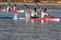 کانو سواران قایقرانی به آب میزنند