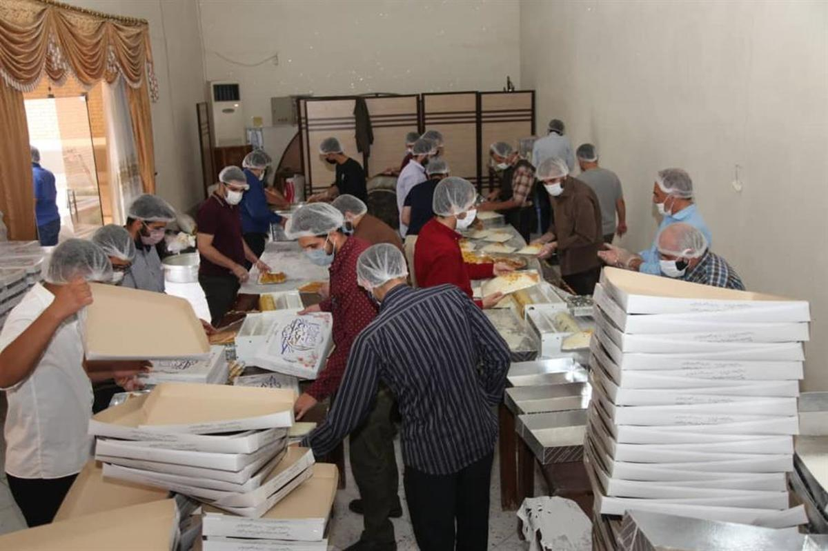 طبخ و توزیع بیش از ۲ هزار پرس غذای نذری بین نیازمندان