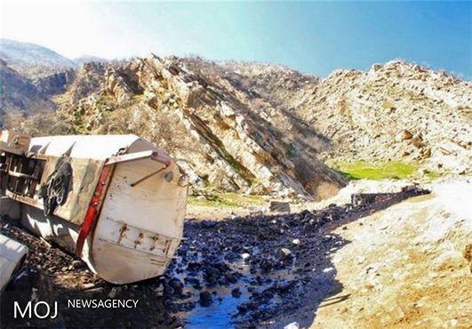 واژگونی تریلر نفتکش در محور خرمآباد - پلدختر / ۲۴ هزار لیتر نفت کوره وارد خاک منطقه شد