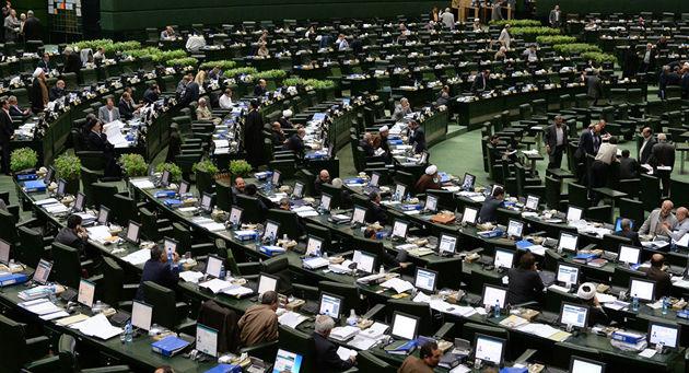 تجمع جمعی از بازرسان وزارت صنعت مقابل مجلس