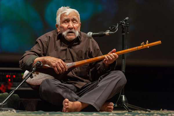بارباپاها روی صحنه/رقص دوتار در دستان نوازنده 100 ساله