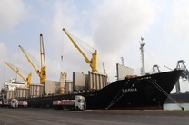 تخلیه کشتی های حامل کالاهای اساسی و پزشکی بدون نوبت