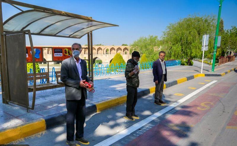 اجرای طرح فاصلهگذاری اجتماعی در ایستگاههای اتوبوس منطقه ۱۰ شهرداری اصفهان