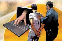 دستبند پلیس بر دستان عامل برداشت اینترنتی در میناب