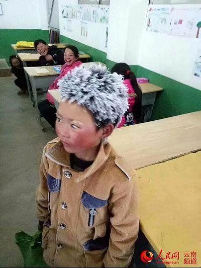 پسر بچه چینی با موهای قندیل بسته در جلسه امتحان حاضر شد