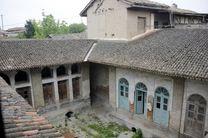 از آنجایی که مالک عمارت یزدی بود معماری بنا هم به صورت کویری ساخته شد