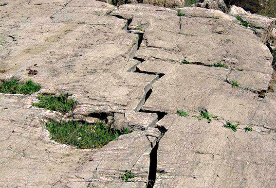 حرکت گسلها با منشا طبیعت یا دخالت انسان سبب وقوع زلزله