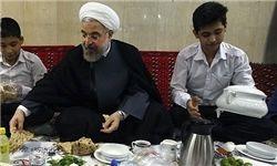 ضیافت افطار روحانی با ایتام و مددجویان کمیته امداد و بهزیستی
