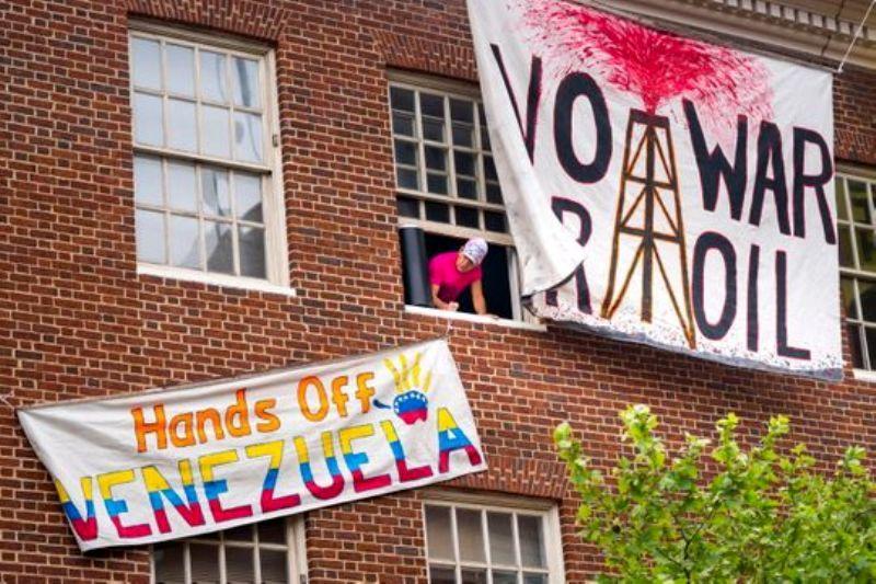 پرچم ونزوئلا بر فراز سفارتخانه این کشور در آمریکا نصب شد
