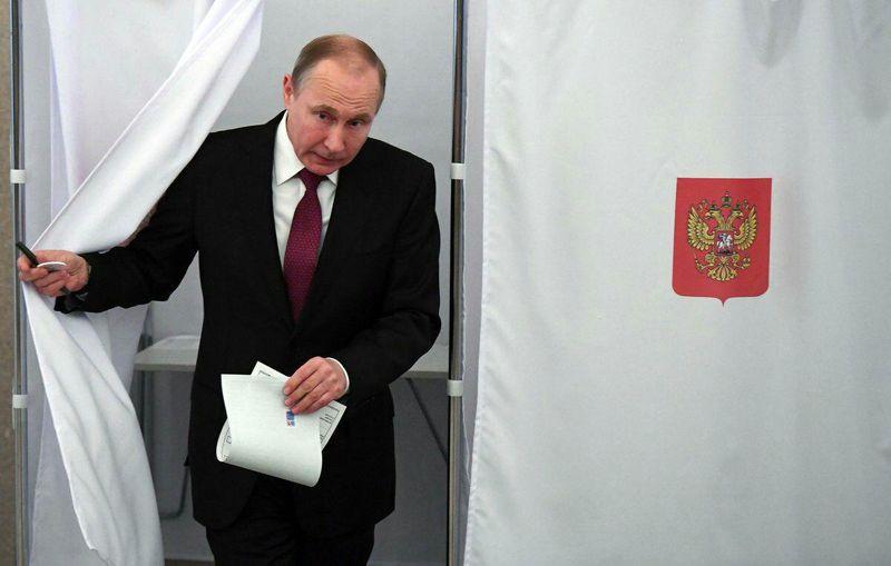 پوتین رای خود را به صندوق انداخت