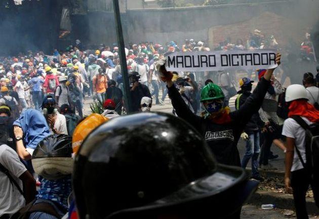 شب زندهداری حامیان رهبر محبوس اپوزیسیون ونزوئلا در مقابل زندان