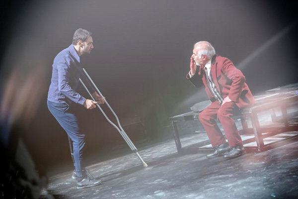 نمایش شیروانی داغ در تماشاخانه ایرانشهر اجرا می شود