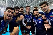 لحظه بالا بردن جام قهرمانی مسابقات والیبال توسط جوانان ایران