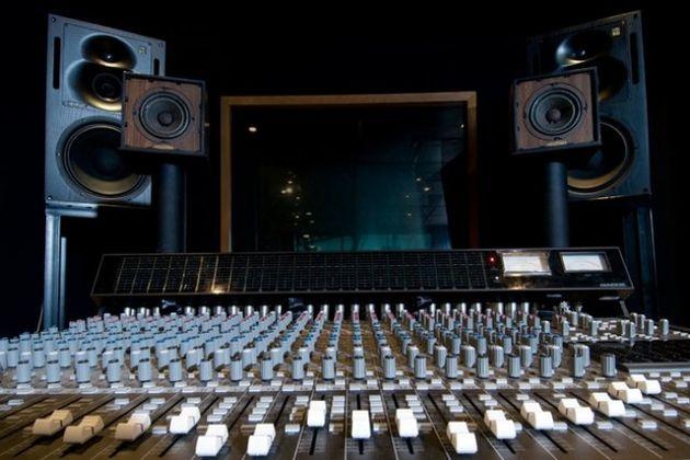 مسابقه هومن حاجیعبداللهی و حسین رفیعی در رادیو