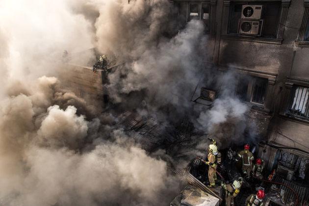 امکان دسترسی به داخل پاساژ وجود ندارد/ انتقال 5 آتشنشان به بیمارستان