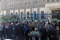 جمعی از آموزشدهندگان نهضت سوادآموزی مقابل مجلس تجمع کردند