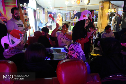تماشای فوتبال ایران و اسپانیا در یکی از کافه های تهران