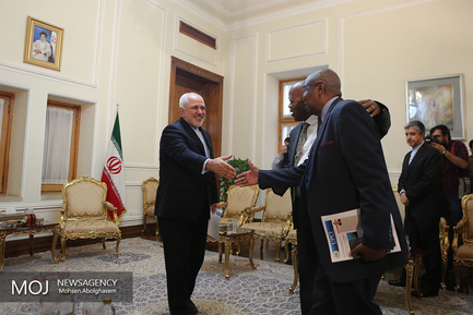 تقدیم رونوشت استوارنامه سفیر جدید سیرالئون به محمدجواد ظریف وزیر امور خارجه