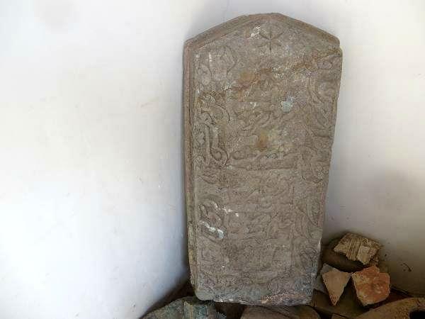 کشف سنگ قبر عتیقه دوران صفویه در خراسان رضوی