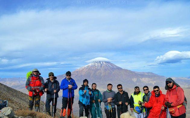 صعود طلاب کوهنورد به یکی از قلل مرتفع کشور