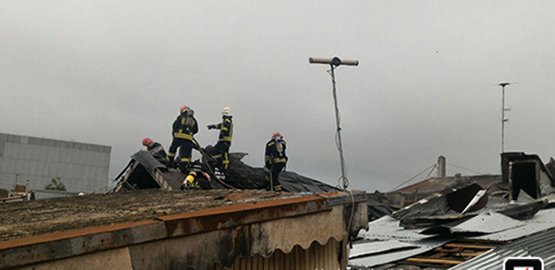 آتش سوزی خانه ویلایی در معلولین رشت/ آسیب دیدگی یک  از آتش نشانان در این حادثه