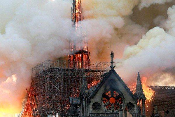 کلیسای نوتردام آتش گرفت؛ بنای اصلی ساختمان فرو نریخت