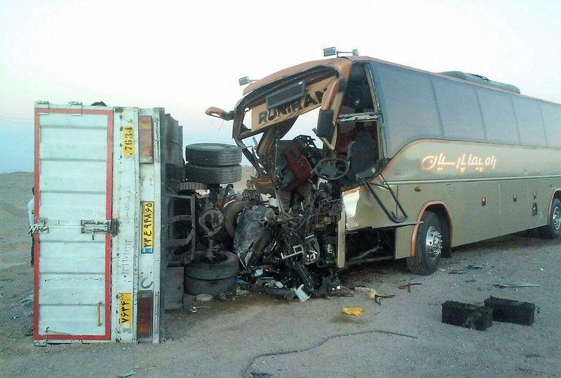 ۳ مجروح در تصادف اتوبوس با کامیون