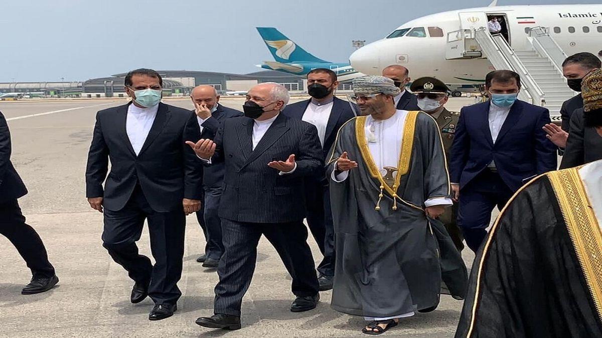 ظریف با استقبال همتای عمانی خود وارد مسقط شد