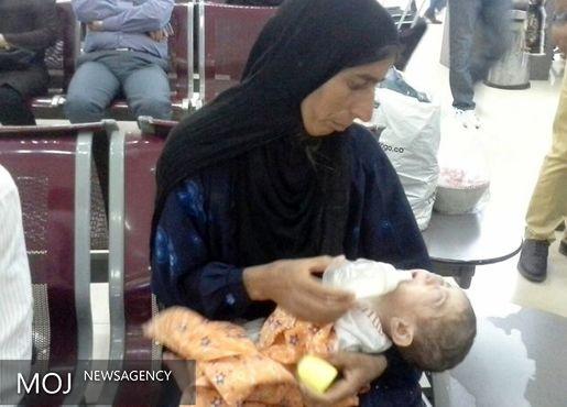 وزیر بهداشت کودک نابینای دهدزی را معاینه کرد