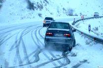 بارش برف در محورهای ارتباطی استان اصفهان / ممانعت پلیس از تردد خودروهای فاقد زنجیر چرخ