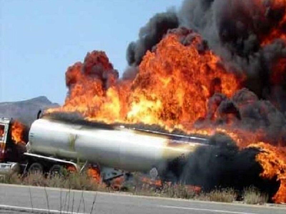 برخورد دو دستگاه تانکر حامل سوخت مواد نفتی منجر به آتش سوزی شد