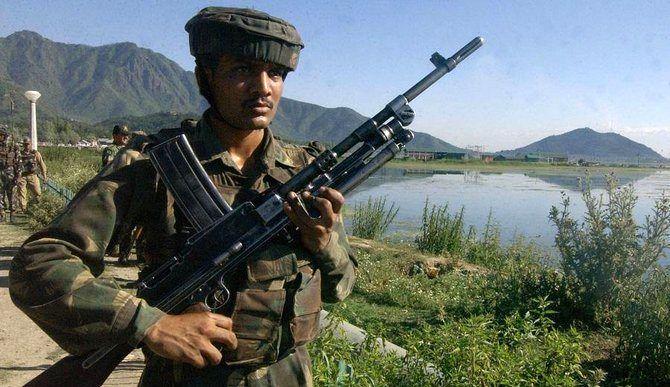 خودروی بمب گذاری شده در کشمیر جان 2 سرباز هندی را گرفت