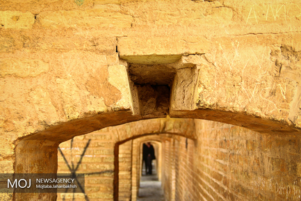 نشست کردن سی و سه پل اصفهان