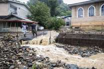 سیلاب در منطقه اشکورات رودسر  تعدادی از خودروهای گردشگران را با خود برده است/ارتباط 70 روستای این منطقه قطع شده است
