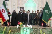 """اعطای حکم خادمی و پرچم حرم شاهچراغ به خانواده """"شهید حججی"""""""