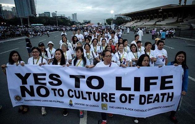 تجمع پیروان کلیسای کاتولیک فیلیپین برای توقف کشتار قاچاقچیان موادمخدر
