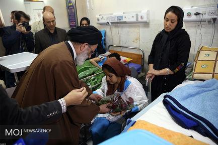 عیادت نماینده مقام معظم رهبری از مصدومان زلزله غرب کشور